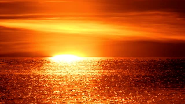vídeos de stock e filmes b-roll de sunrise over sea, close up - linha do horizonte sobre água