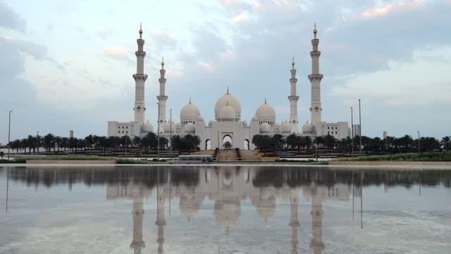 sunrise over sheikh zayed grand mosque, abu dhabi, uae - paesi del golfo video stock e b–roll