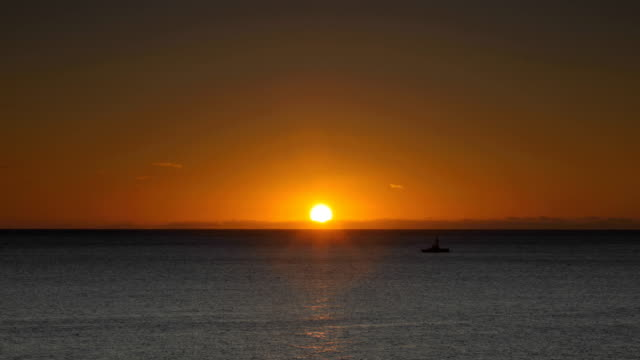 sonnenaufgang über dem atlantik - horizont über wasser stock-videos und b-roll-filmmaterial