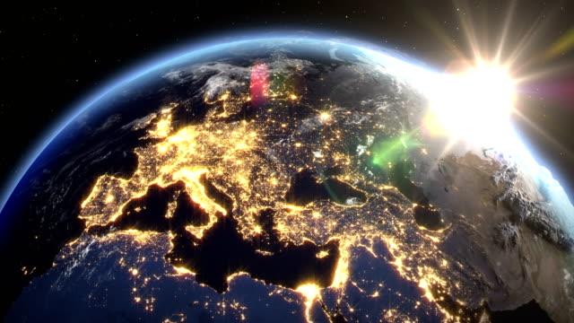 vídeos de stock, filmes e b-roll de nascer do sol sobre a terra vista do espaço. feche acima da zona de italy e de europa. com o tempo nocturno e o nascer do sol 4k. - país área geográfica