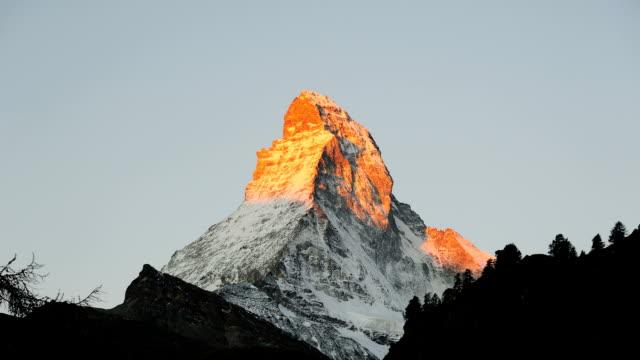 stockvideo's en b-roll-footage met sunrise over the matterhorn - matterhorn