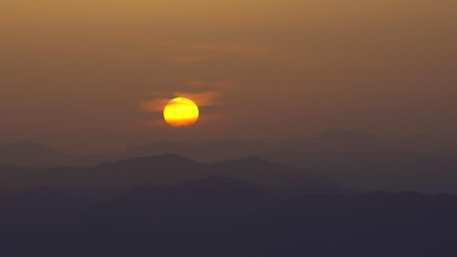山の日の出 - 夜明け点の映像素材/bロール