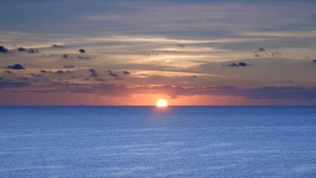 sonnenaufgang über dem ozean - horizont über wasser stock-videos und b-roll-filmmaterial