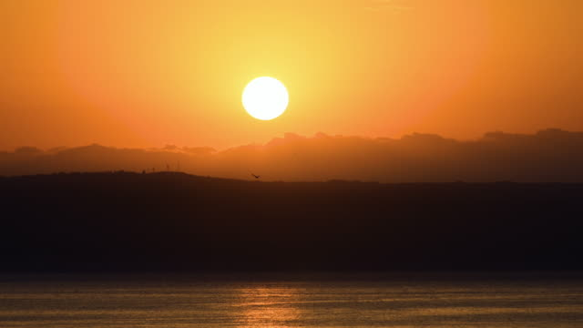 vidéos et rushes de lever de soleil au-dessus de la mer, time lapse - baie eau