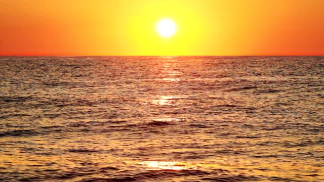 wschód słońca nad morzem - ibiza filmów i materiałów b-roll