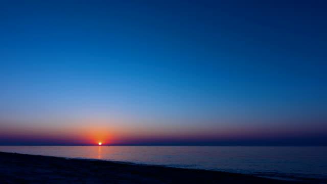 vídeos de stock e filmes b-roll de sunrise over the sea - linha do horizonte sobre água