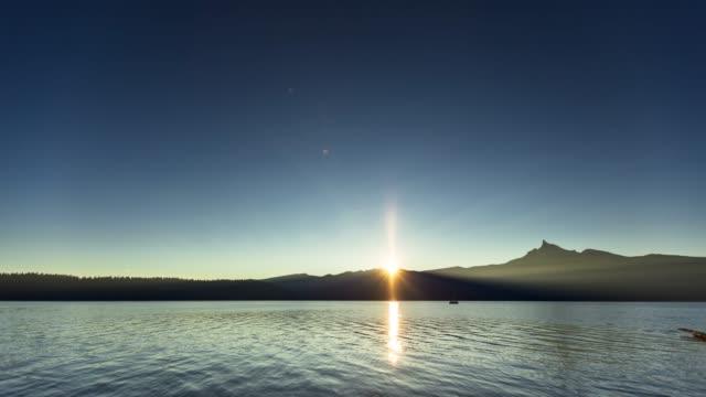 Lever de soleil sur le lac tranquille-laps de temps - Vidéo