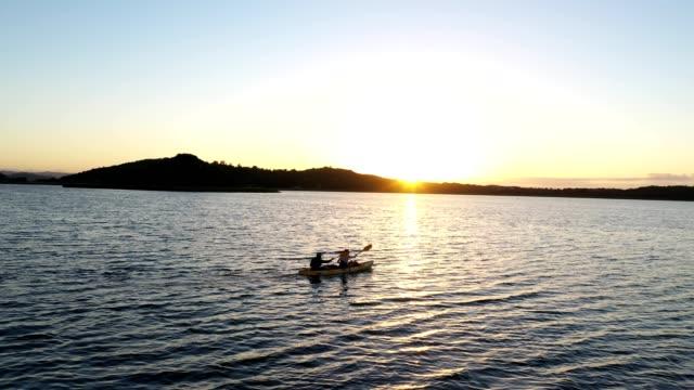 pagaia all'alba sul lago - ambientazione tranquilla video stock e b–roll