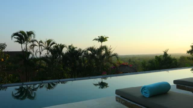 日の出は、インフィニティ スイミング プール付きの豪華なヴィラのパン - ヴィラ点の映像素材/bロール