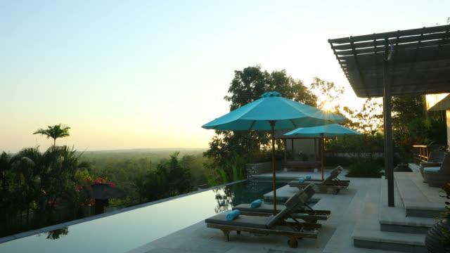日の出は、スイミング プール付けの豪華なヴィラのパン - ヴィラ点の映像素材/bロール