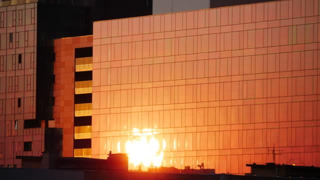 riflessione dell'alba su windows - alba crepuscolo video stock e b–roll