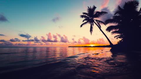 vista mare dell'alba con paesaggio nuvoloso e spiaggia tropicale dell'isola. resort punta cana, repubblica dominicana - isola video stock e b–roll