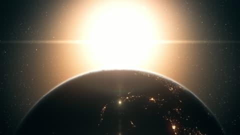 vídeos y material grabado en eventos de stock de amanecer visto desde el espacio exterior (de cerca, movimiento vertical) - sol