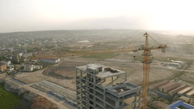 vídeos de stock, filmes e b-roll de sunrise time guindaste de construção e processo de construção fullhd drone tiro - pesado peso