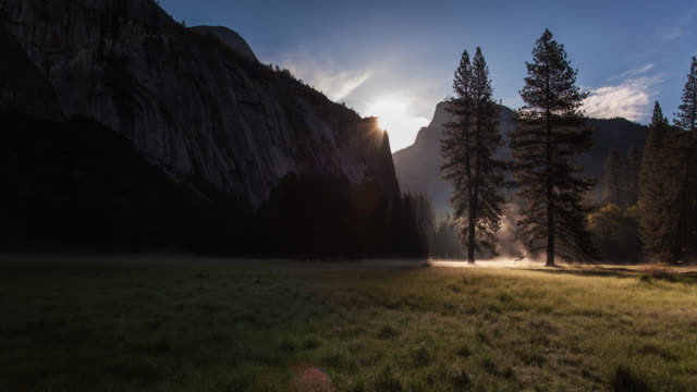 sunrise time-lapse in yosemite meadow with rising mist - parco nazionale video stock e b–roll
