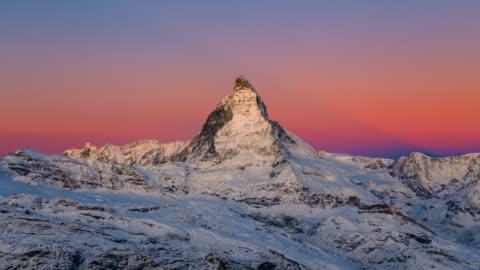 sonnenaufgang sspät des legendären matterhorns in der schweiz 4k - alpen stock-videos und b-roll-filmmaterial