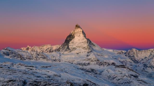 stockvideo's en b-roll-footage met sunrise timelapse van de iconische matterhorn in zwitserland 4k - zermatt