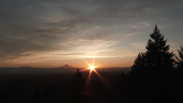 timelapse all'alba nella bella mattinata nel pacifico nord-occidentale - aurora video stock e b–roll