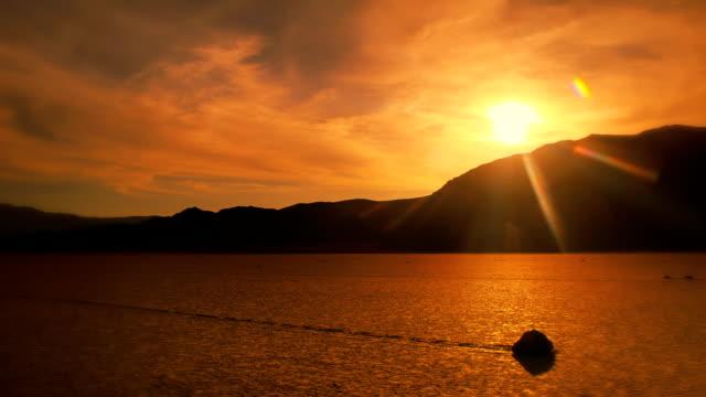 vídeos de stock e filmes b-roll de nascer do sol timelapse sobre pista de corridas playa rock vale da morte - parque nacional do vale da morte