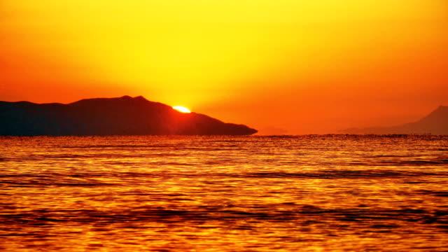 stockvideo's en b-roll-footage met zonsopgang golf zee 4k - horizon over water
