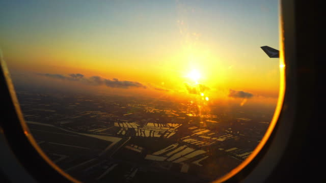 sunrise with city view from airplane window - vídeo