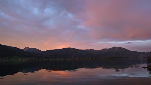 vídeos de stock, filmes e b-roll de lago sunrise wolfgangsee, st. wolfgang im salzkammergut, áustria - áustria