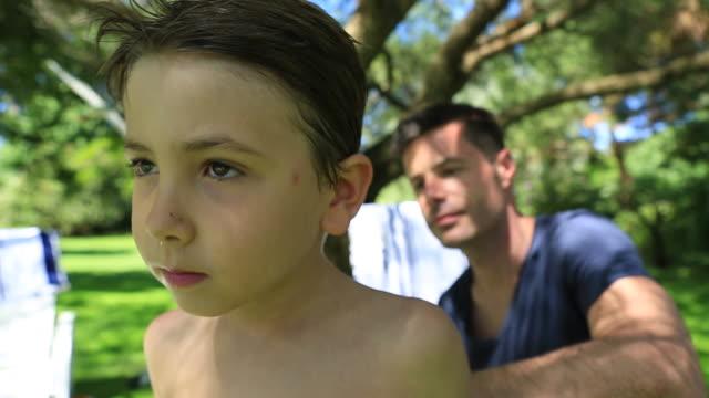 & солнцезащитный крем-отец сын - vitamin d стоковые видео и кадры b-roll