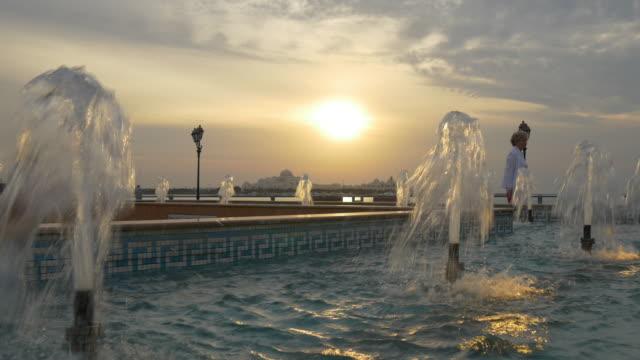 sunset abu dhabi marina fountain panorama 4k united arab emirates - uae national day стоковые видео и кадры b-roll