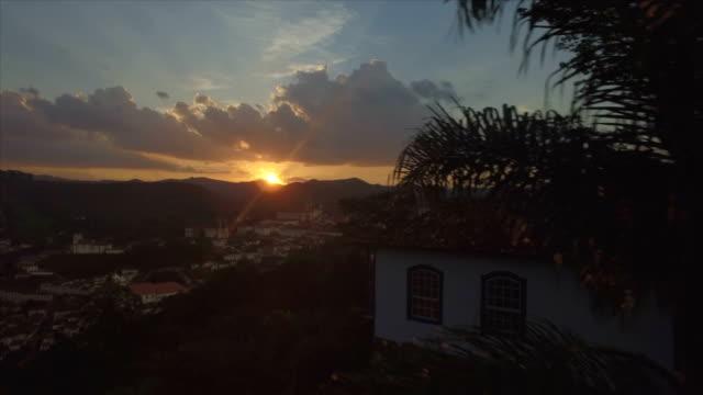 günbatımı hava, sömürge brezilya şehir, ouro preto, minas gerais, brezilya - minas gerais eyaleti stok videoları ve detay görüntü çekimi