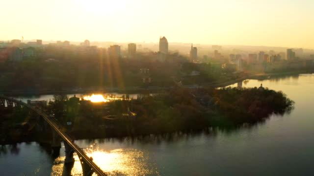 都市のスカイライン、ドニエプル、ウクライナの夕日の空中風景 - 緑 ビル点の映像素材/bロール
