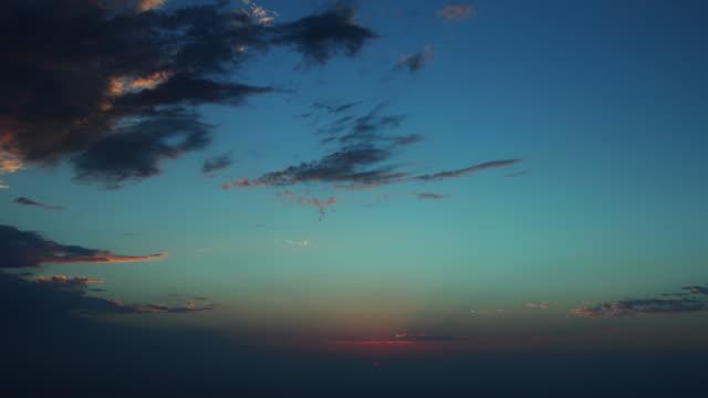 gün batımı al ain şehir kuş görüntülemek çatı üst panorama 4 k zaman atlamalı birleşik arap emirlikleri - abu dhabi stok videoları ve detay görüntü çekimi