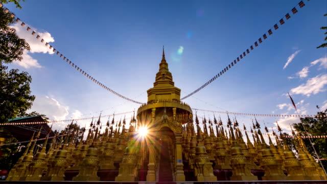 sonnenuntergang und cloud verschieben pagode im wat pasawangboon, saraburi, thailand. - pagode stock-videos und b-roll-filmmaterial