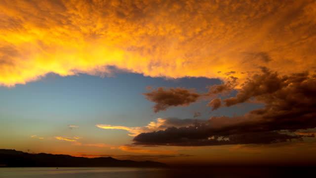 vidéos et rushes de coucher du soleil et des transitions de nuage - absence