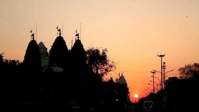 vídeos de stock, filmes e b-roll de pôr do sol na ruas de delhi - nova delhi