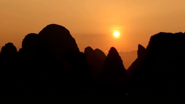 sonnenuntergang in guilin - provinz guangxi stock-videos und b-roll-filmmaterial