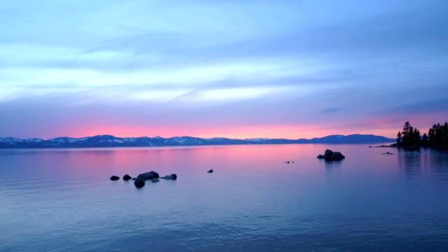 at lake tahoe 夕暮れ - カリフォルニアシエラネバダ点の映像素材/bロール