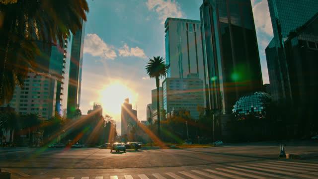Sonnenuntergang im Finanzdistrikt von Mexiko-Stadt. – Video