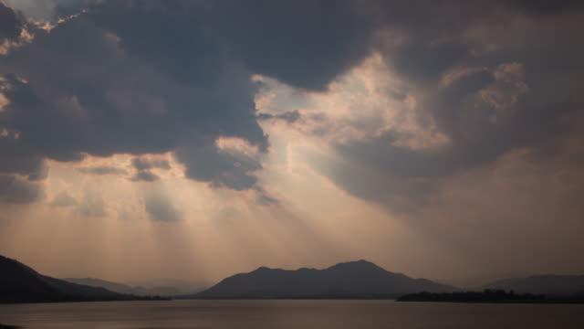 stockvideo's en b-roll-footage met zonsondergang op de bergen en de zee. - bewolkt