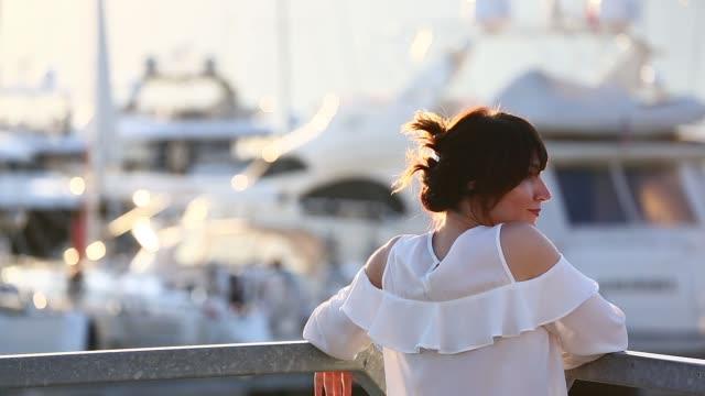 vídeos de stock, filmes e b-roll de pôr do sol no porto montenegro - marina