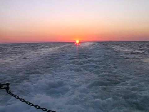 vídeos de stock e filmes b-roll de pôr do sol no mar - embarcação comercial