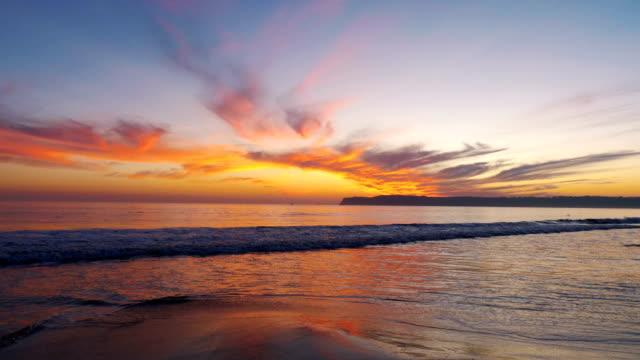 vídeos de stock, filmes e b-roll de por do sol na praia em 4k slow motion 60fps - resolução 4k