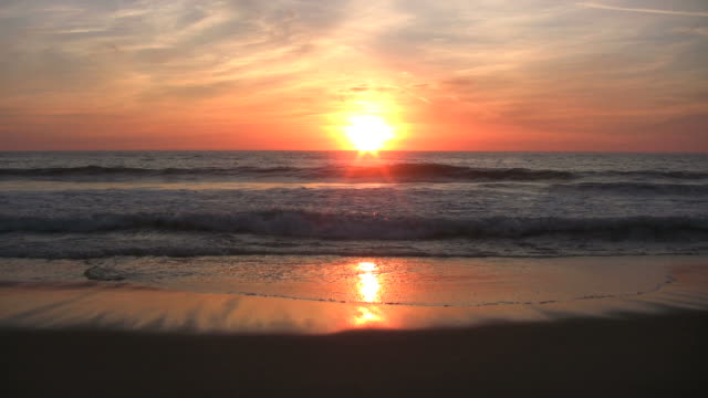sonnenuntergang am strand - sound wave stock-videos und b-roll-filmmaterial