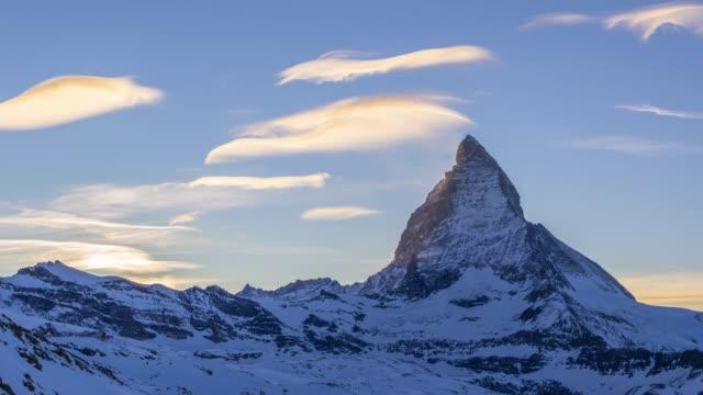 stockvideo's en b-roll-footage met zonsondergang in de matterhorn in de winter. zwitserse alpen. zwitserland - matterhorn