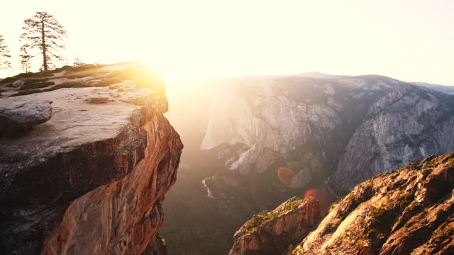 sunset at the yosemite national park - taft point - parco nazionale video stock e b–roll