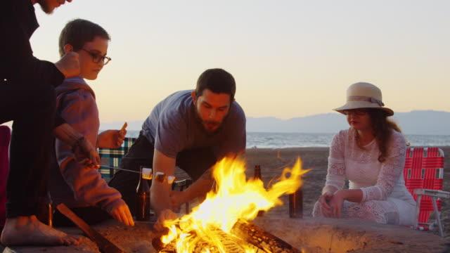 Loisirs sur la plage au coucher du soleil - Vidéo