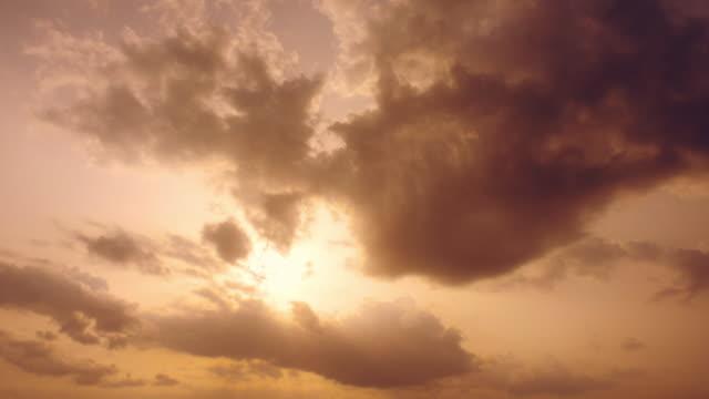 sonnenuntergang hinter wolken mit gott strahlen - kontrastreich stock-videos und b-roll-filmmaterial