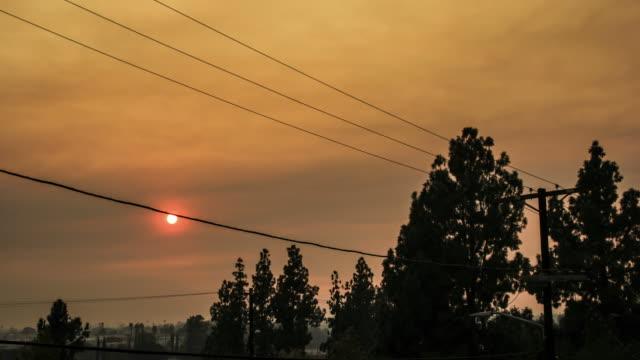 vidéos et rushes de coucher de soleil ciel enfumé de feux de forêt en californie - 2018