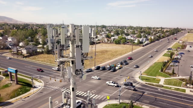 vidéos et rushes de 5g sunset cell tower: tour de communications cellulaires pour la transmission de données par téléphone mobile et vidéo - transmission