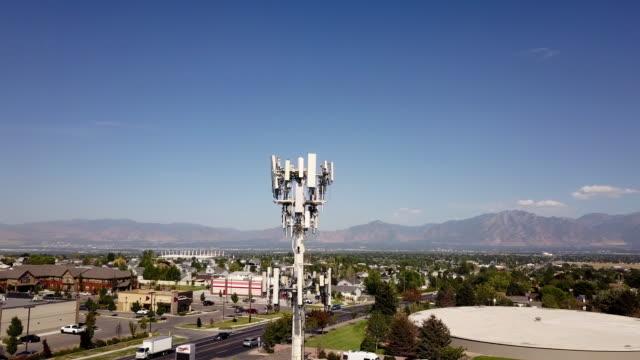 vídeos y material grabado en eventos de stock de 5g sunset cell tower: torre de comunicaciones celulares para transmisión de datos de teléfono móvil y video - mástil