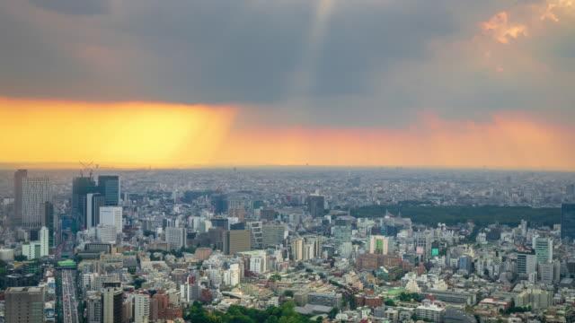 stockvideo's en b-roll-footage met zonsondergang stad wolkenkrabber hoge hoek weergave sunbeam time-lapse - regen zon